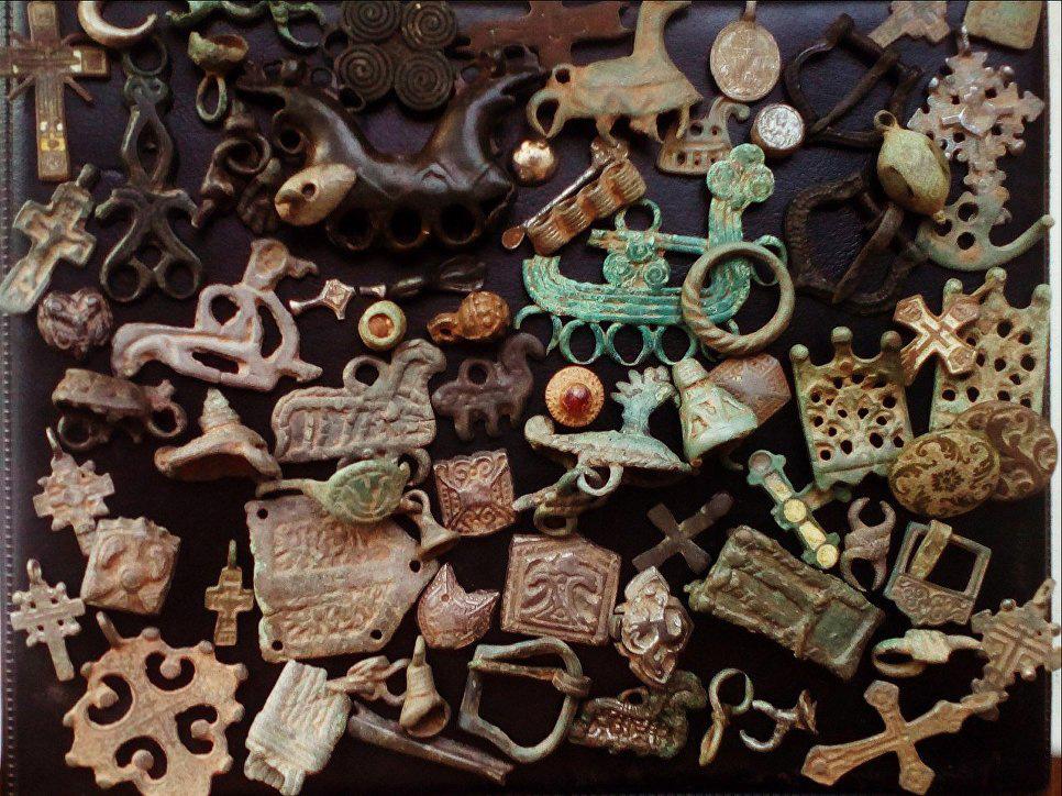 Средневековые украшения. Некоторые искатели скупают их в Сети, чтобы безвозмездно отдать в музей