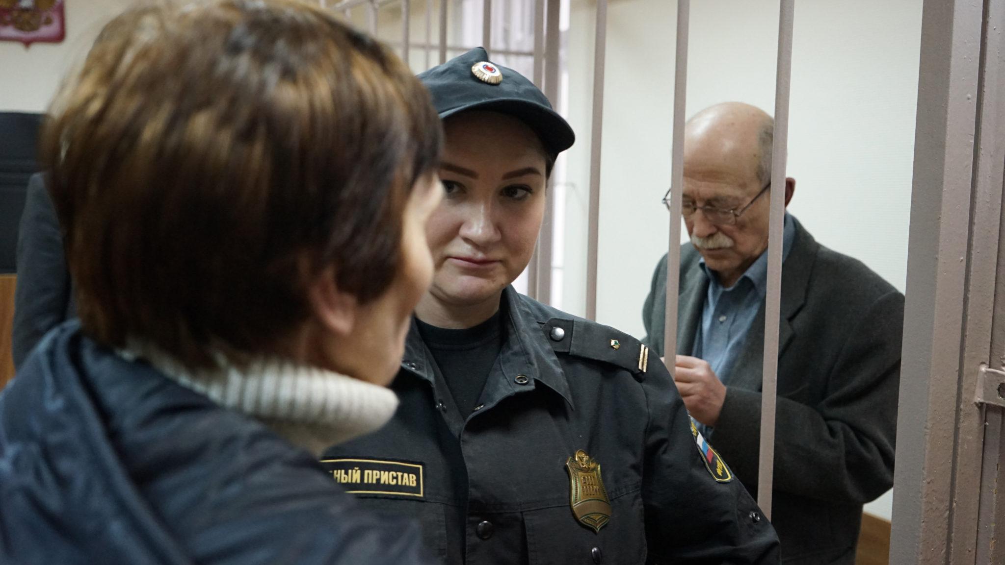 Виктор Кудрявцев с женой и судебным приставом
