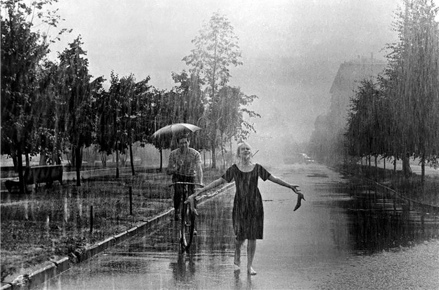 Дождь. Эпизод фильма «Я шагаю по Москве» (сценарий Геннадия Шпаликова)