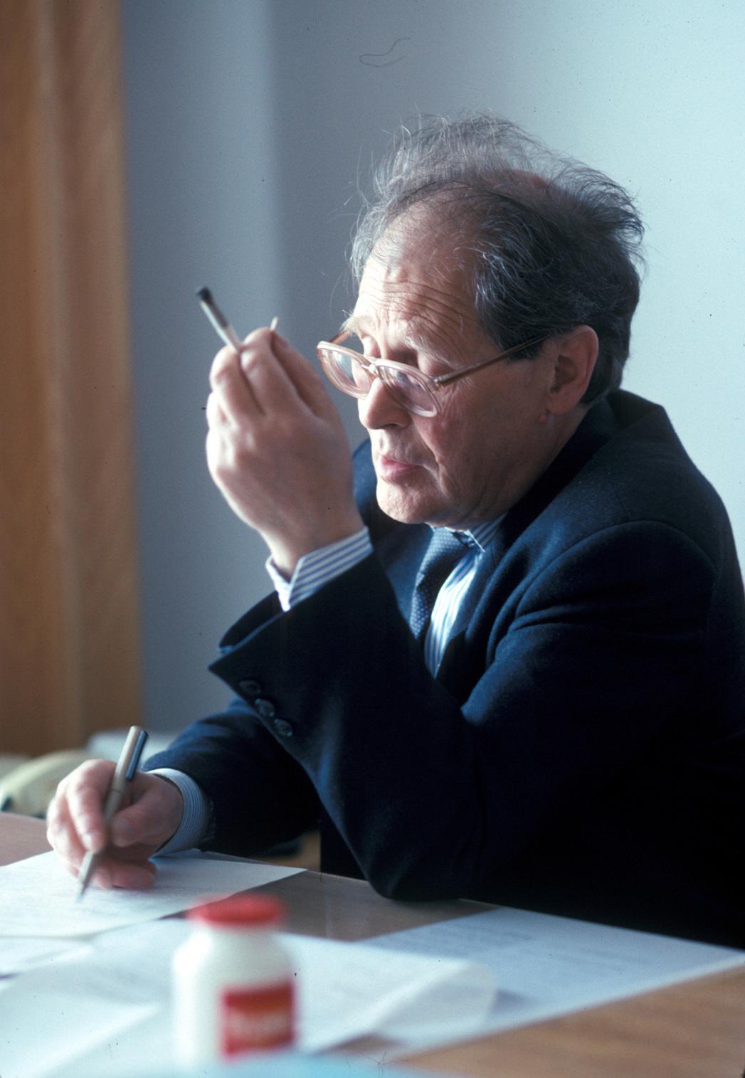 В своем кабинете в Верховном Совете за работой. Лето 1992 года. Фото Ивана Ковалёва