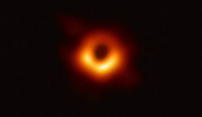 Сверхмассивная черная дыра в галактике M87 (eventhorizontelescope.org)