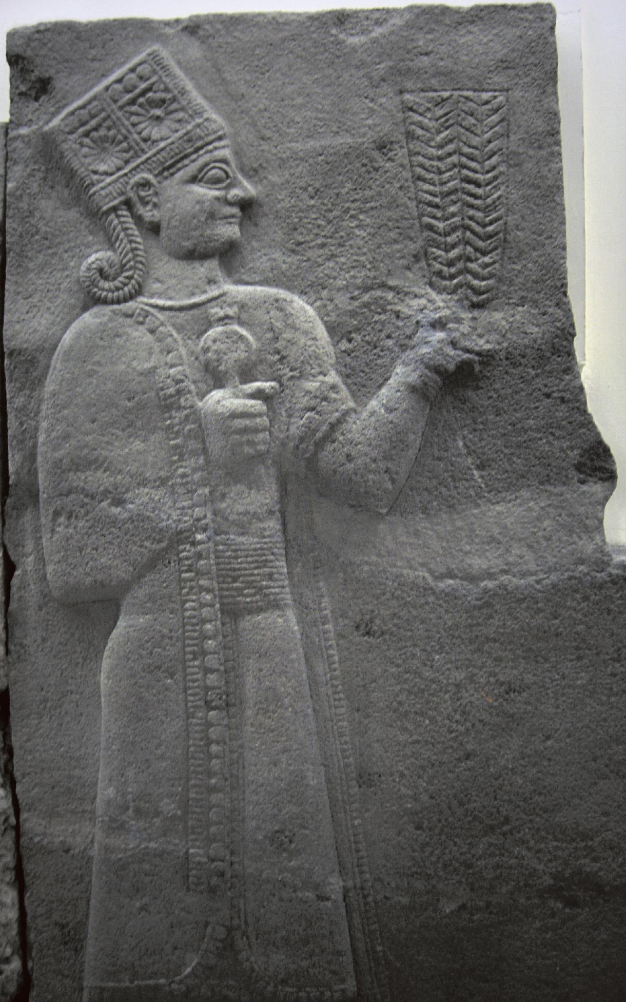 Богиня Кубаба сравнивает гранат с другими плодовыми культурами. Позднехеттский рельеф, арамейское влияние. Музей анатолийских цивилизаций в Анкаре, Турция