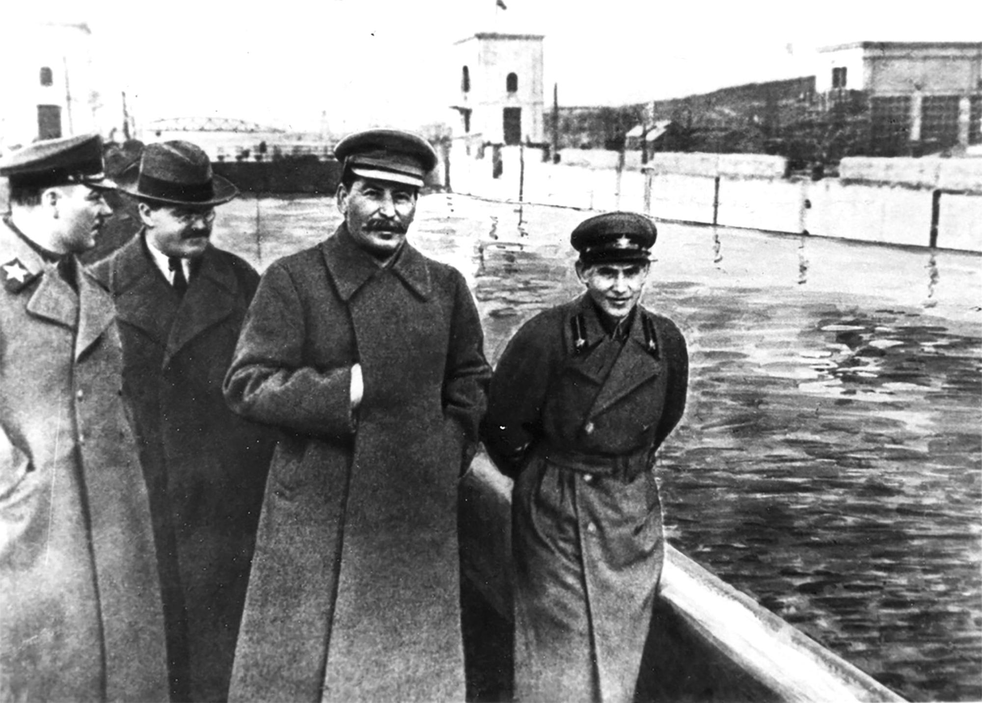 Ежов (справа) и Сталин. Факты и документы доказывают, что сталинские репрессии — жестокая реальность
