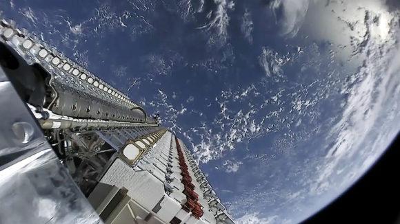 Спутники Starlink на диспенсере в космосе 24 мая 2019 года (SpaceX)