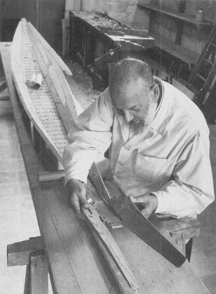 Ахмед Юсеф Мустафа с моделью лодки