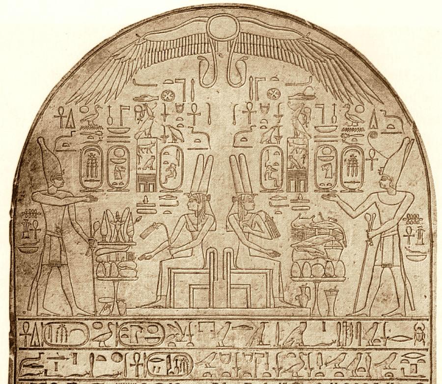 Верхняя часть Карнакской стелы Ахмосе. Египетский национальный музей, Каир. «Википедия»
