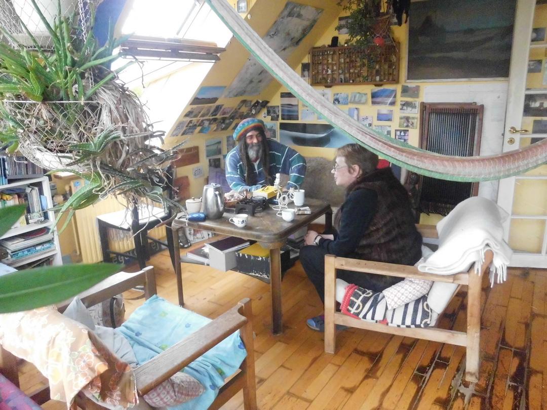 Встреча с Томми, немецким хиппи, который давным-давно поселился на Борнхольме и долго ухаживал за домом Янна. Он единственный, кто может открыть дом, всё показать и ответить на вопросы. Фото из архива Т. А. Баскаковой