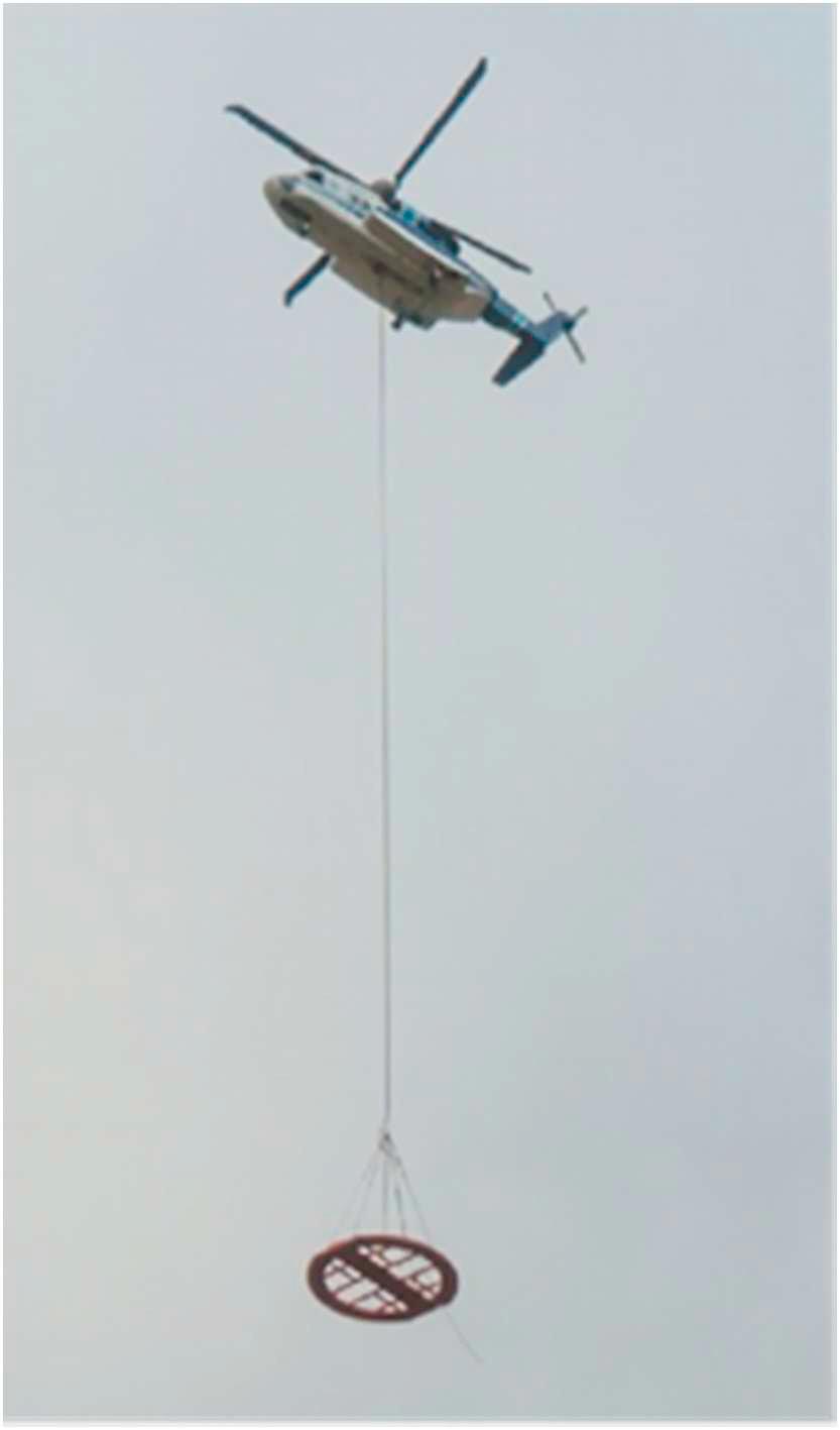 Вертолет «Сикорский S-92» переносит радиочастотную катушку ЯМР-детектора нефтяных разливов. Фото из статьи [1]