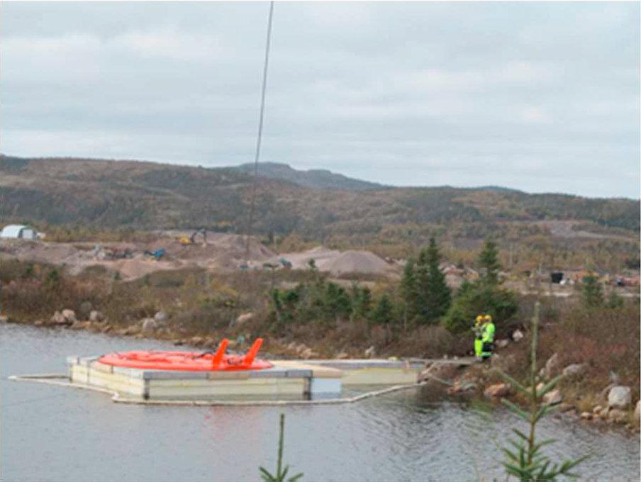 Платформа, имитирующая арктический лед, и нефтезадерживающий бон вокруг нее. Фото из статьи [1]