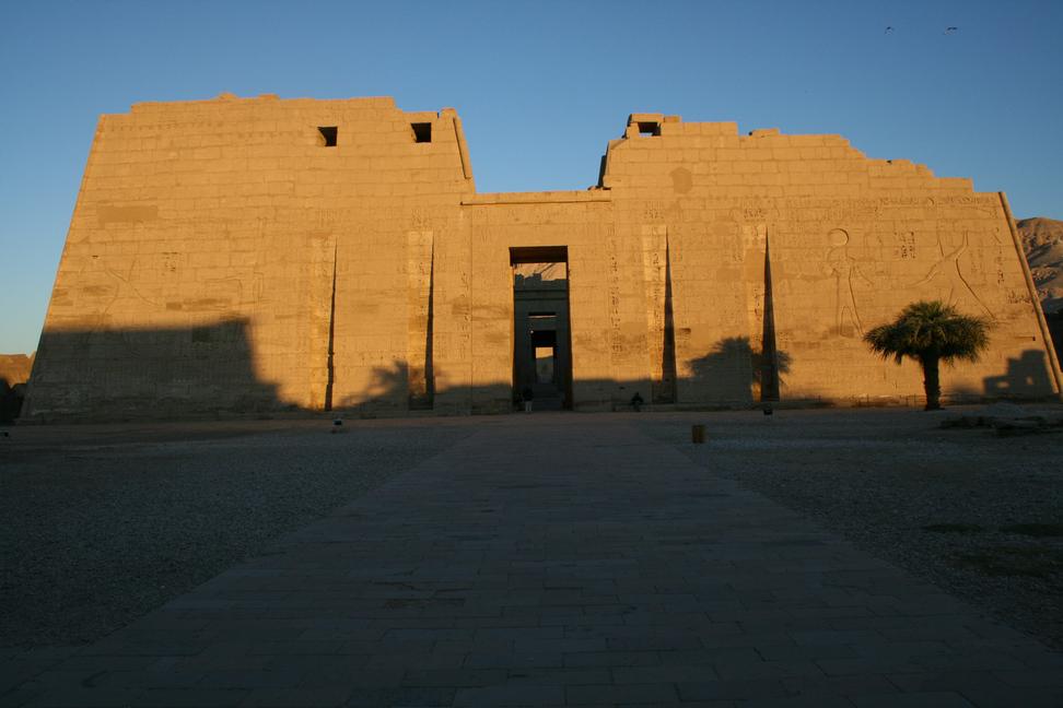 Погребальный храм в Мединет-Абу, где находится надпись 5-го года правления Рамсеса III. Фото автора