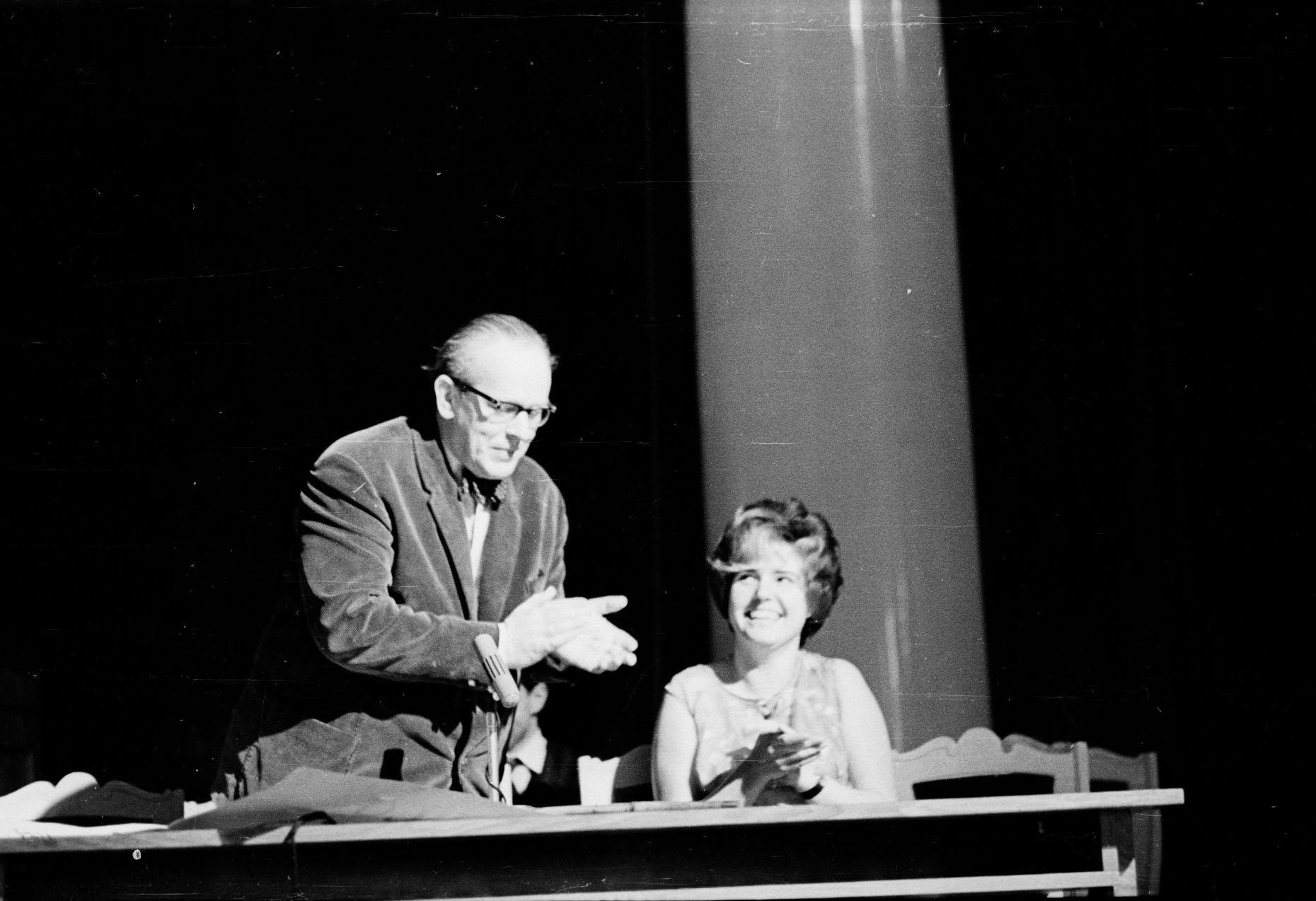 День физика на физфаке ЛГУ (1967). Н. А. и «мисс Физика» (Анечка Кузнецова).