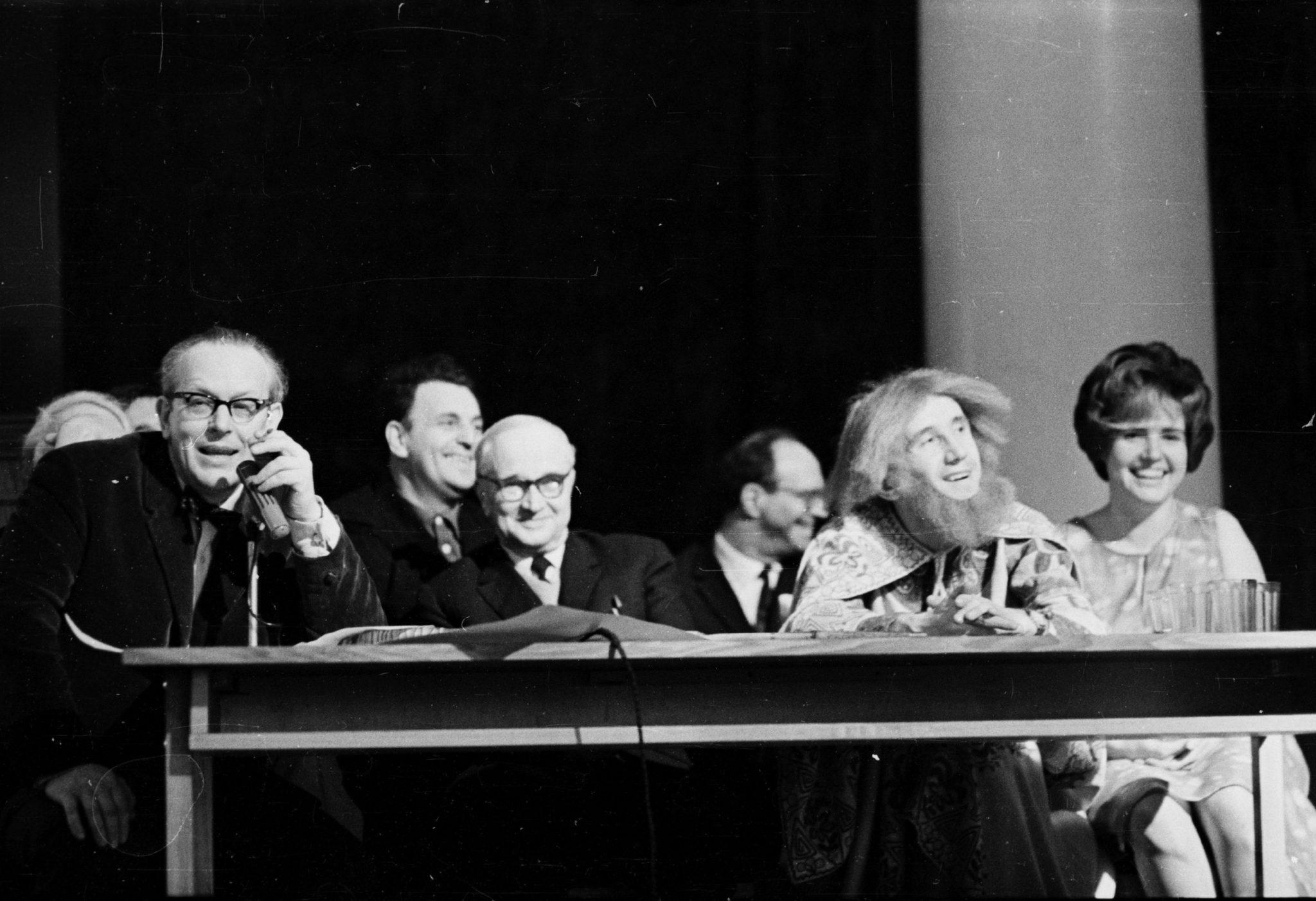 День физика на физфаке ЛГУ (1967). Президиум в актовом зале, справа студент, играющий роль Архимеда. Др. фото и воспоминания см. nrd.pnpi.spb.ru/history/LGU-60e.pdf