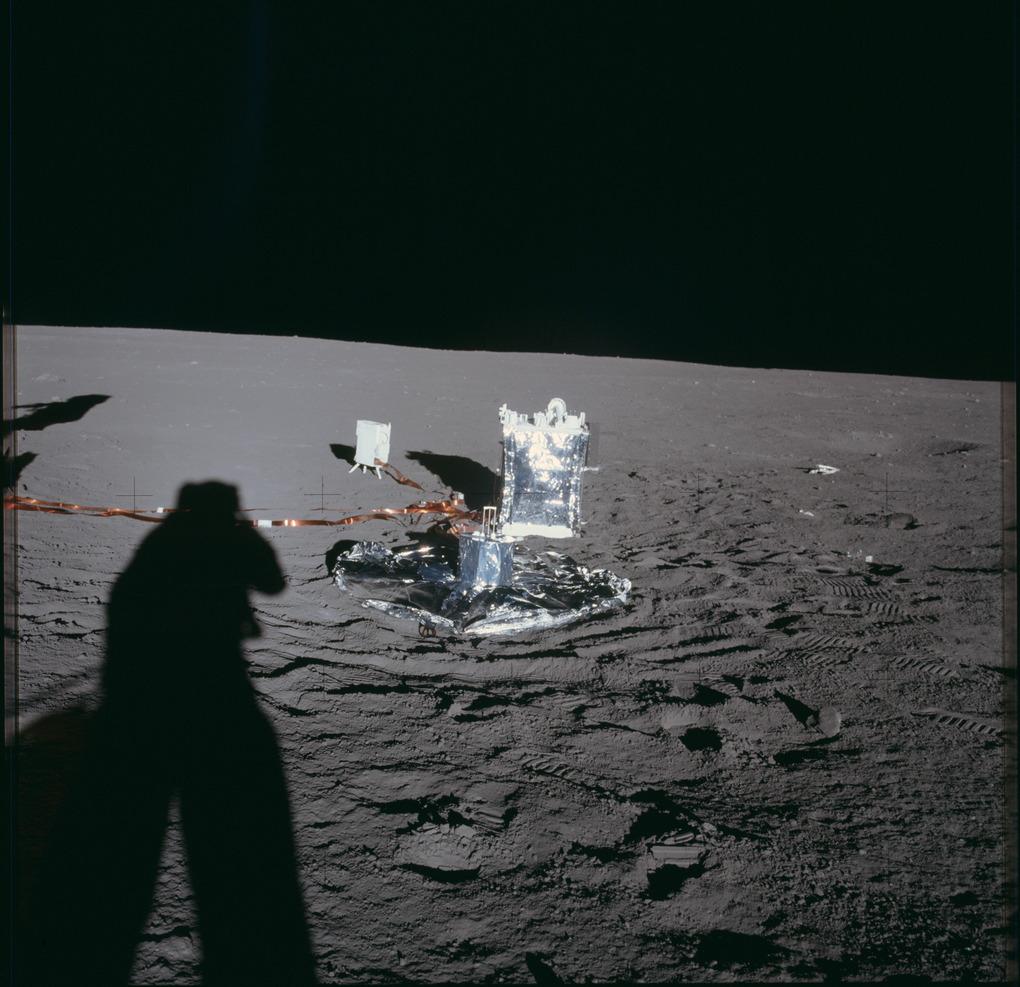 Научная станция ALSEP № 1, доставленная и развернутая на поверхности Луны экипажем «Аполлона-12 (NASA, AS12-47-6918)