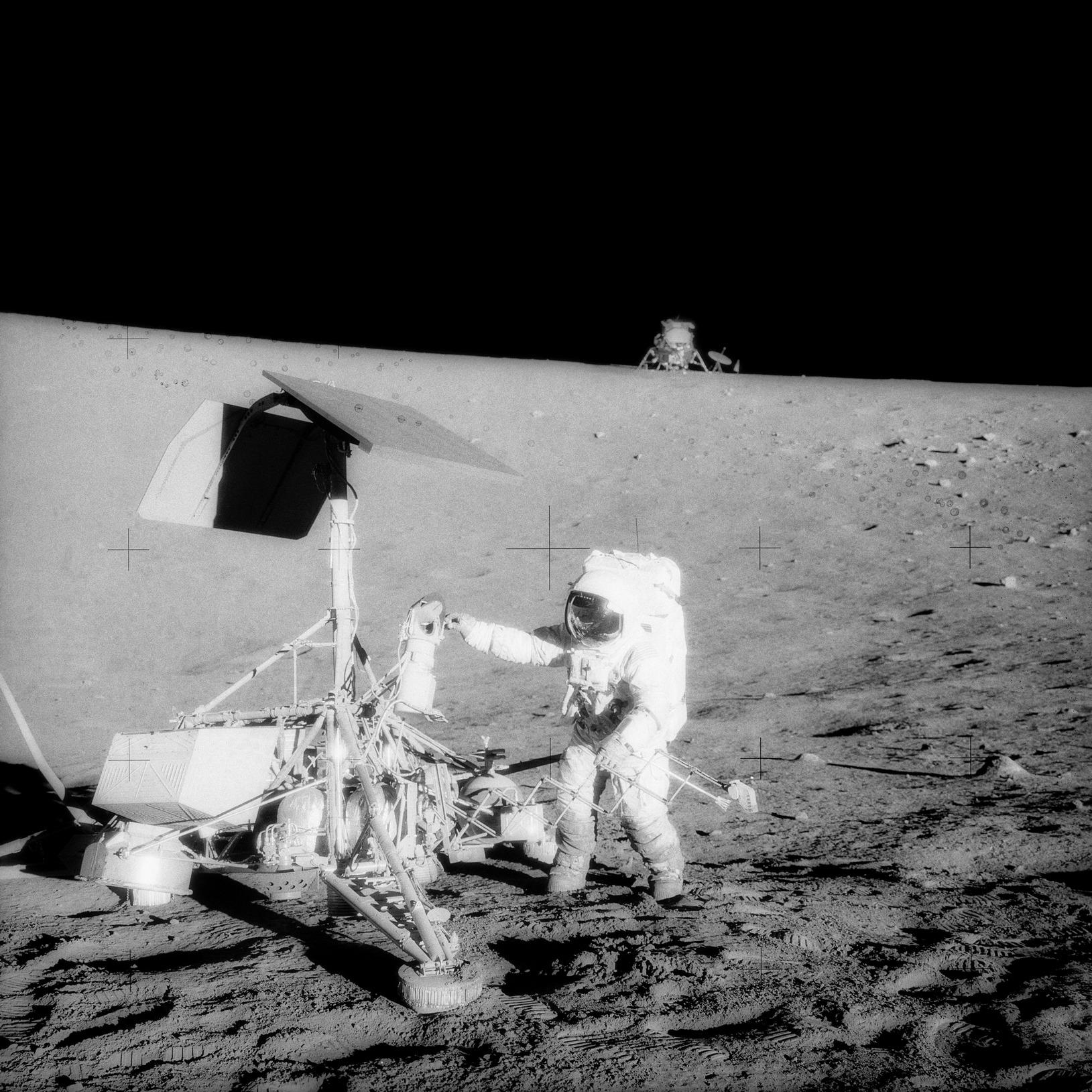 Астронавт Чарлз Конрад осматривает исследовательский космический аппарат «Серевейор-3» (NASA, AS12-48-7134)