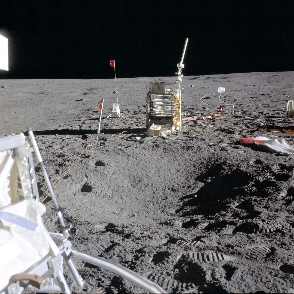 Научная станция ALSEP № 3, доставленная и развернутая на поверхности Луны экипажем «Аполлона-14» (NASA, AS14-67-9376)