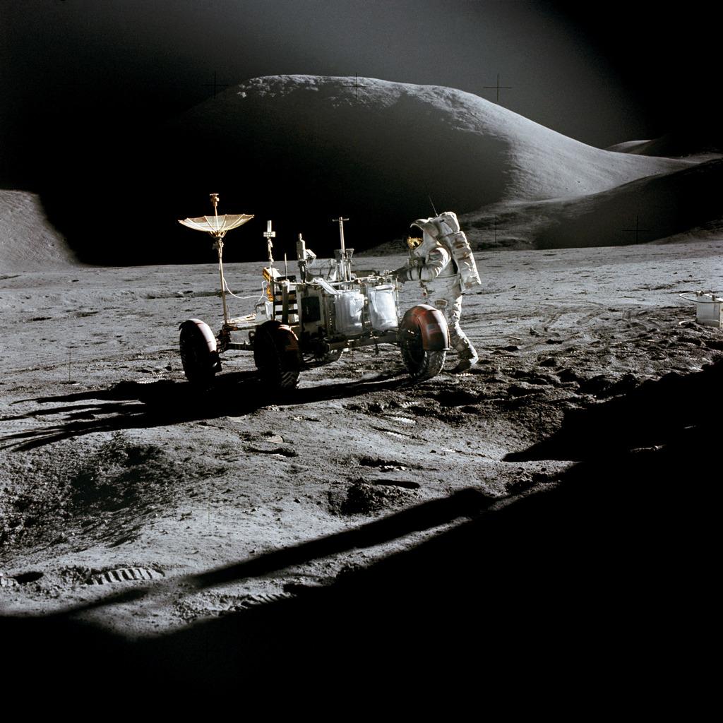 Астронавт Джеймс Ирвин рядом с лунным ровером LRV-1 31 июля 1971 года (NASA, AS15-86-11603)