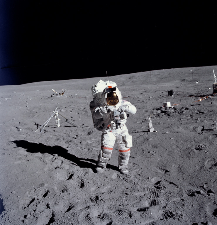Астронавт Джон Янг рядом с приборами станции ALSEP № 5 на лунной поверхности 21 апреля 1972 года (NASA, AS16-114-18388)