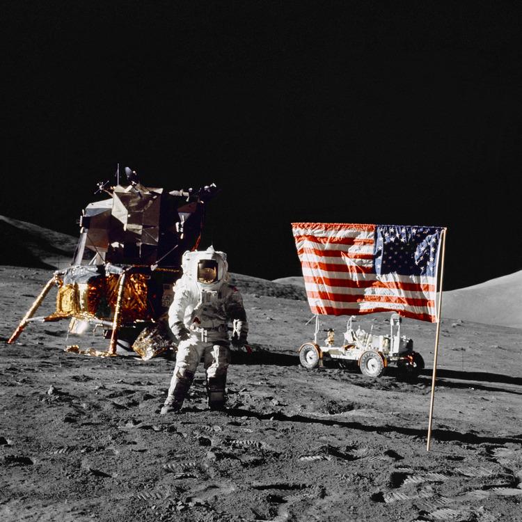 Астронавт-геолог Харрисон Шмитт на лунной поверхности 13 декабря 1972 года (NASA, AS17-134-20382)