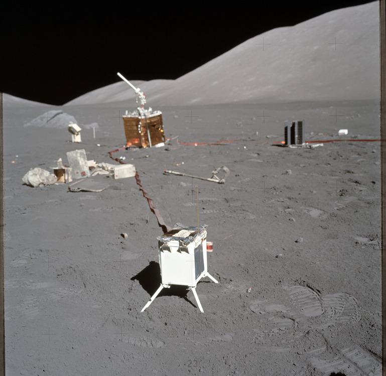 Научная станция ALSEP № 6, доставленная и развернутая на поверхности Луны экипажем «Аполлона-17» (NASA, AS17-134-20500)