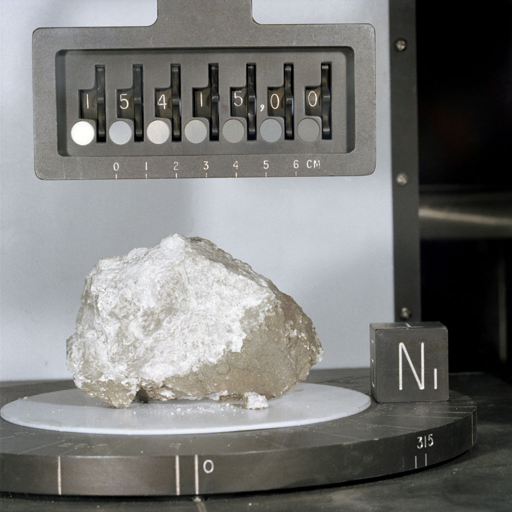 Камень Творения (образец № 15415), доставленный на Землю экспедицией «Аполлона-15» (NASA, S71-42951)