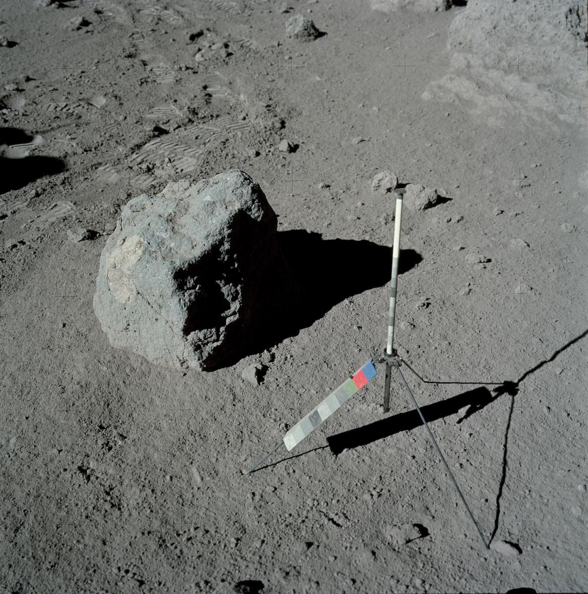 Самый древний лунный камень возрастом 4,5 млрд лет, фрагмент которого доставлен на Землю экспедицией «Аполлона-17» (NASA, AS17-137-20963)