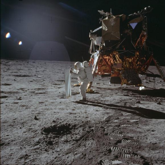 Астронавт Эдвин Олдрин работает с ловушкой солнечного ветра SWC (NASA, AS11-40-5872)