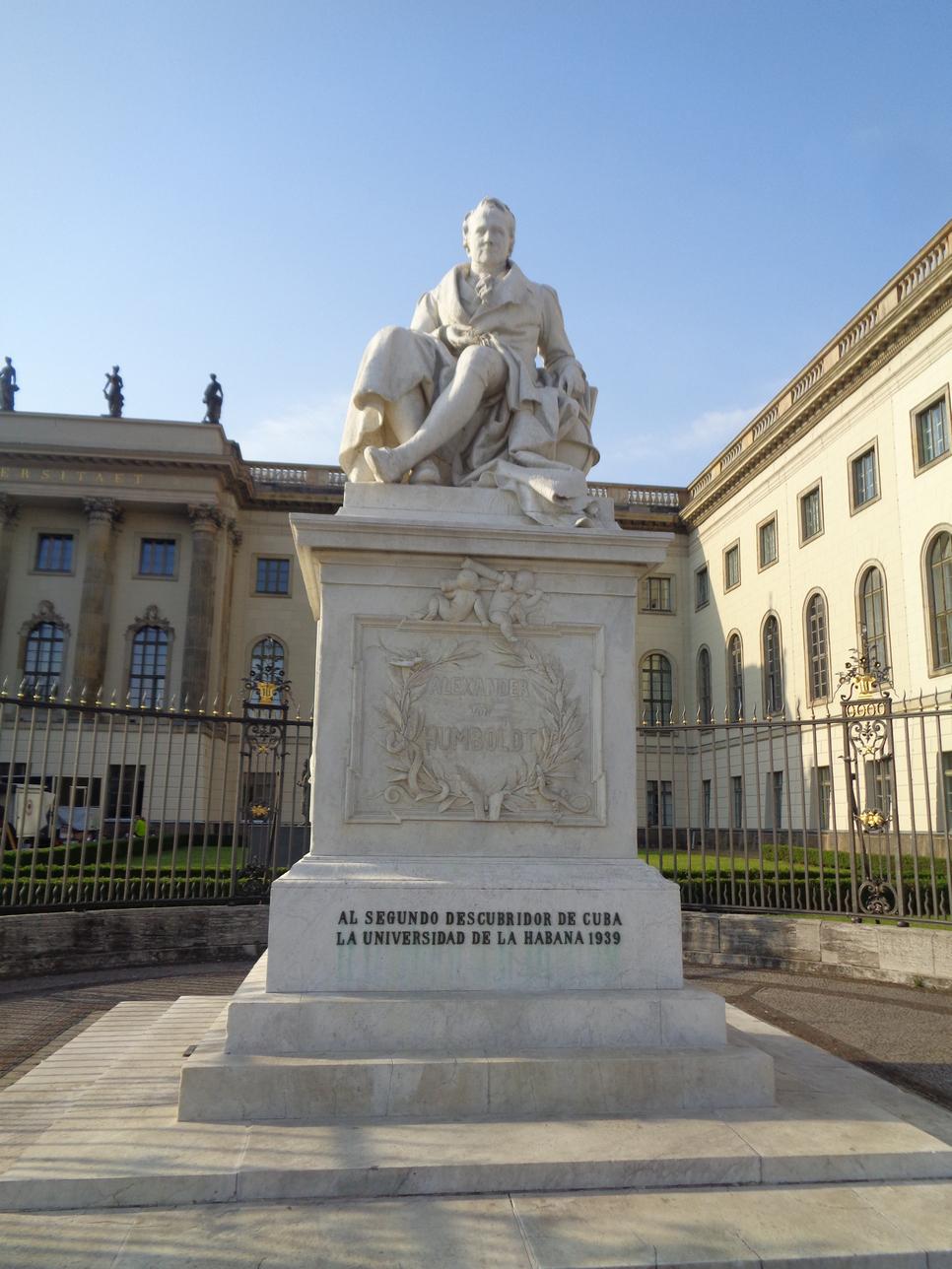 Рис. 1. Памятник А. Гумбольдту перед Берлинским университетом