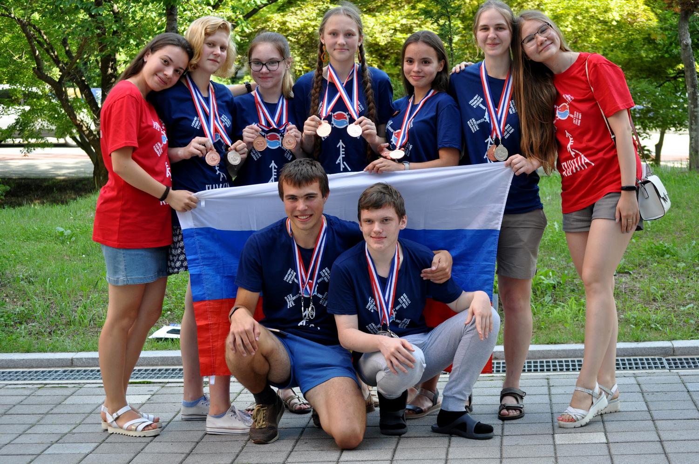 Российские школьники и руководители команд Анастасия Пучкова и Юлия Панченко