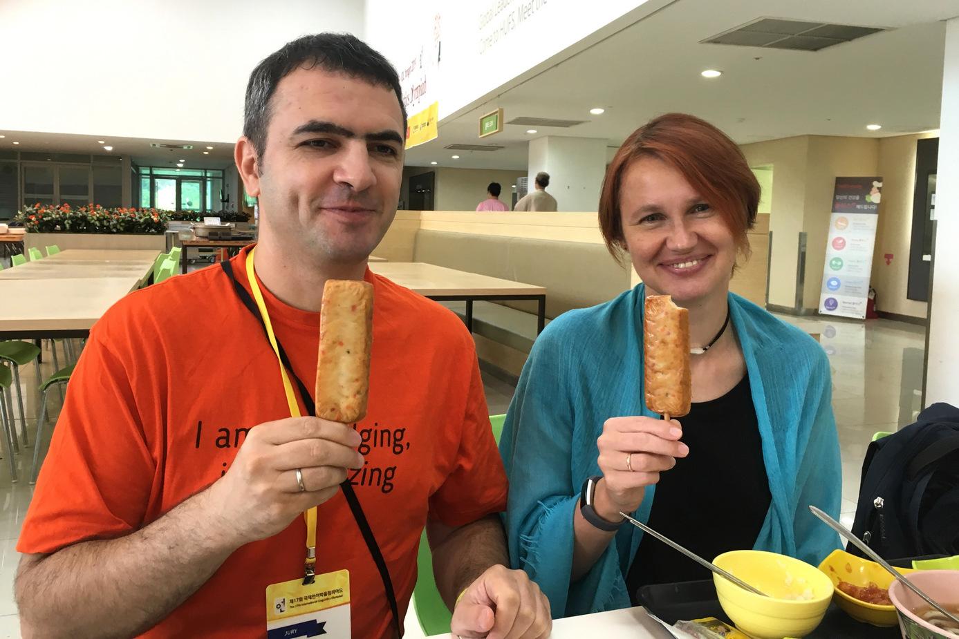 Члены жюри Борис Иомдин и Ксения Гилярова едят «эскимо» из рыбы. Фото А. Пиперски