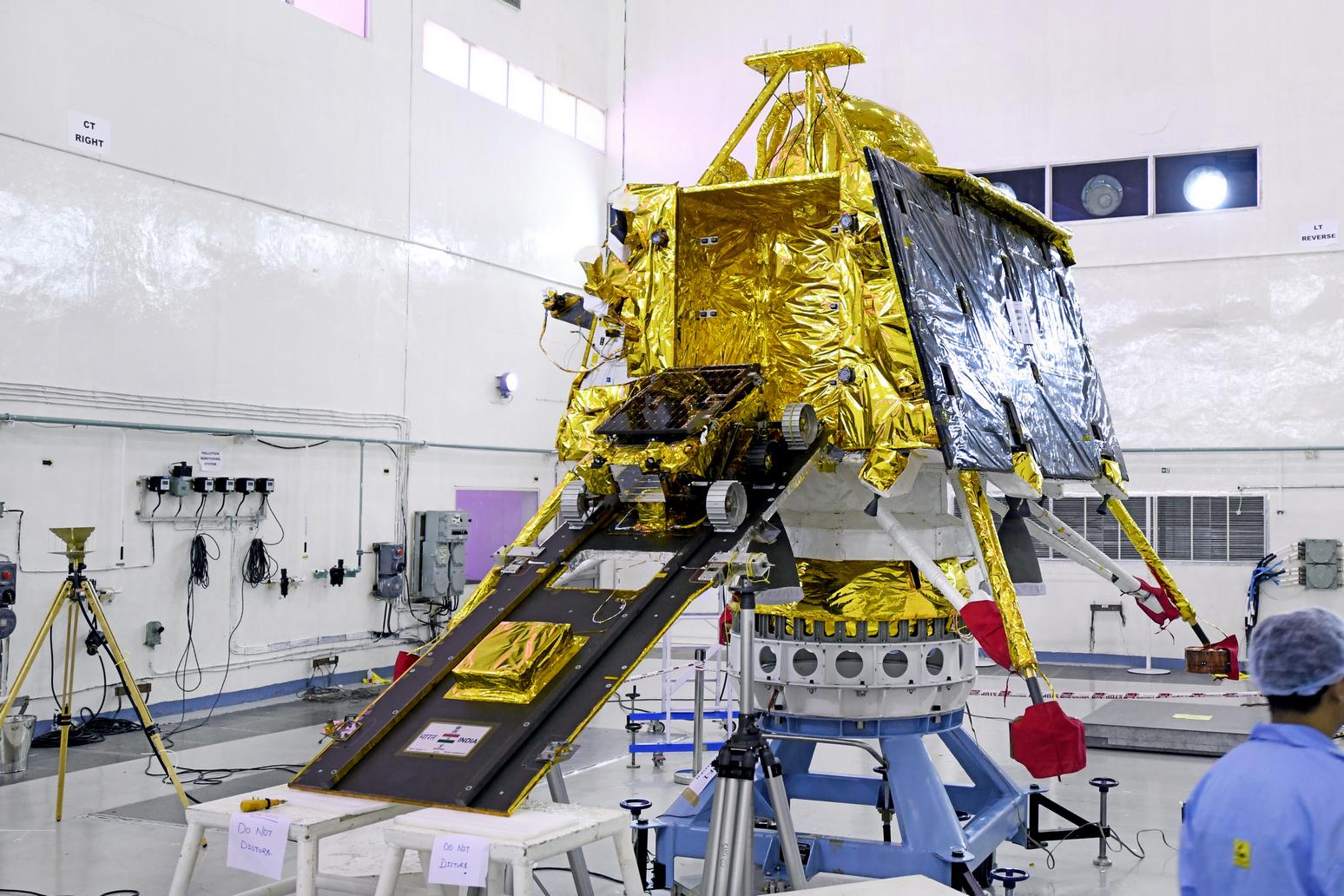 Посадочный модуль «Викрам» с луноходом на опускаемом трапе. Фото Indian Space Research Organisation (isro.gov.in)