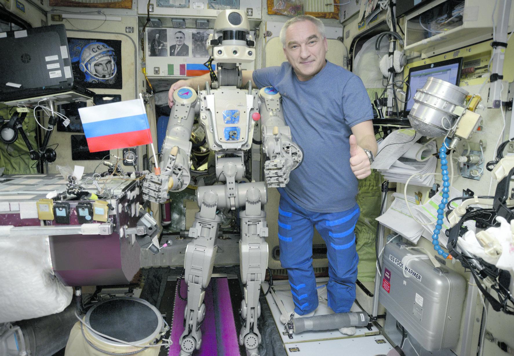 Антропоморфный робот FEDOR и космонавт Александр Скворцов на борту МКС