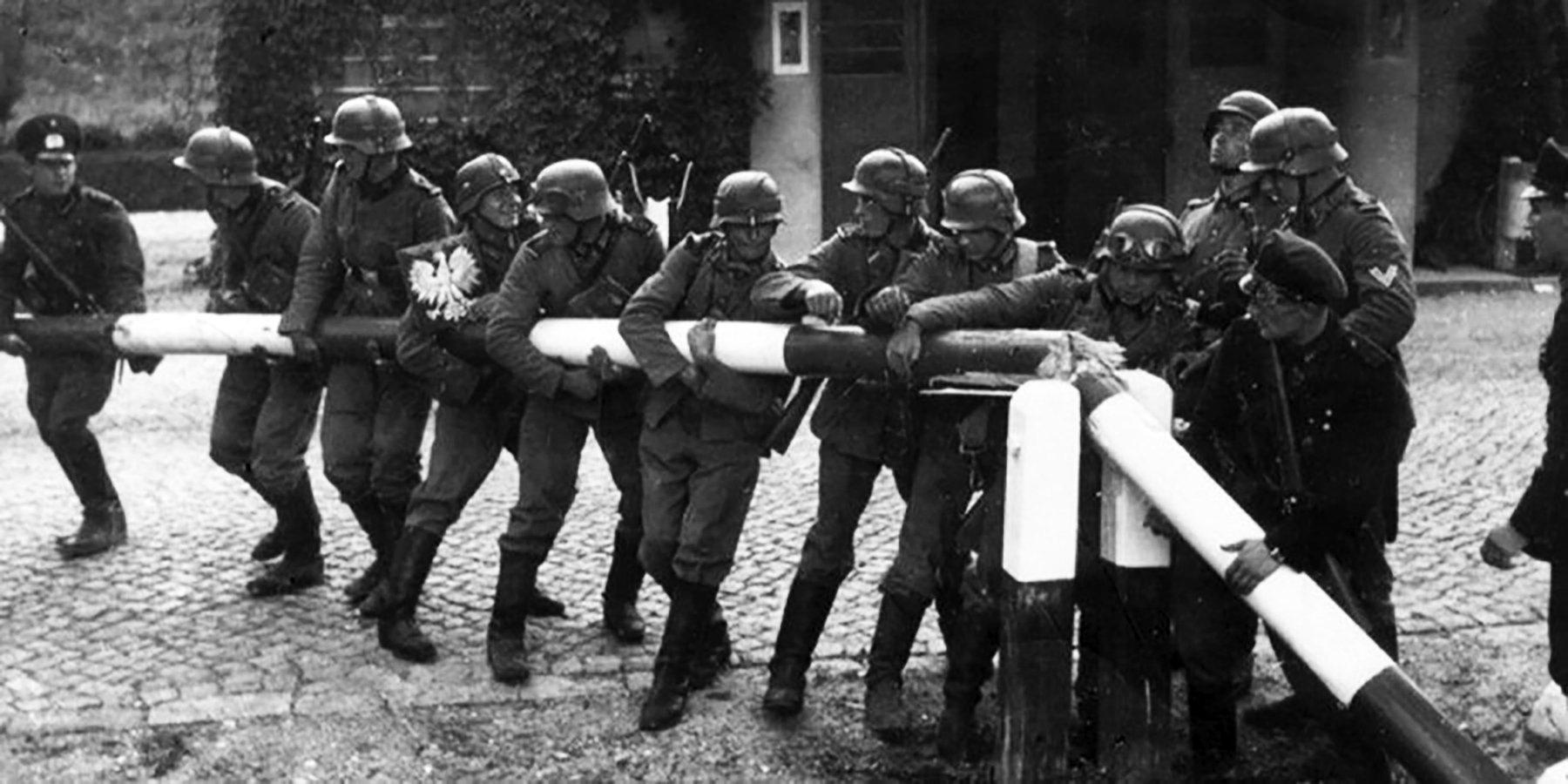 Немецкие солдаты ломают шлагбаум на границе с Польшей, 1 сентября 1939 года