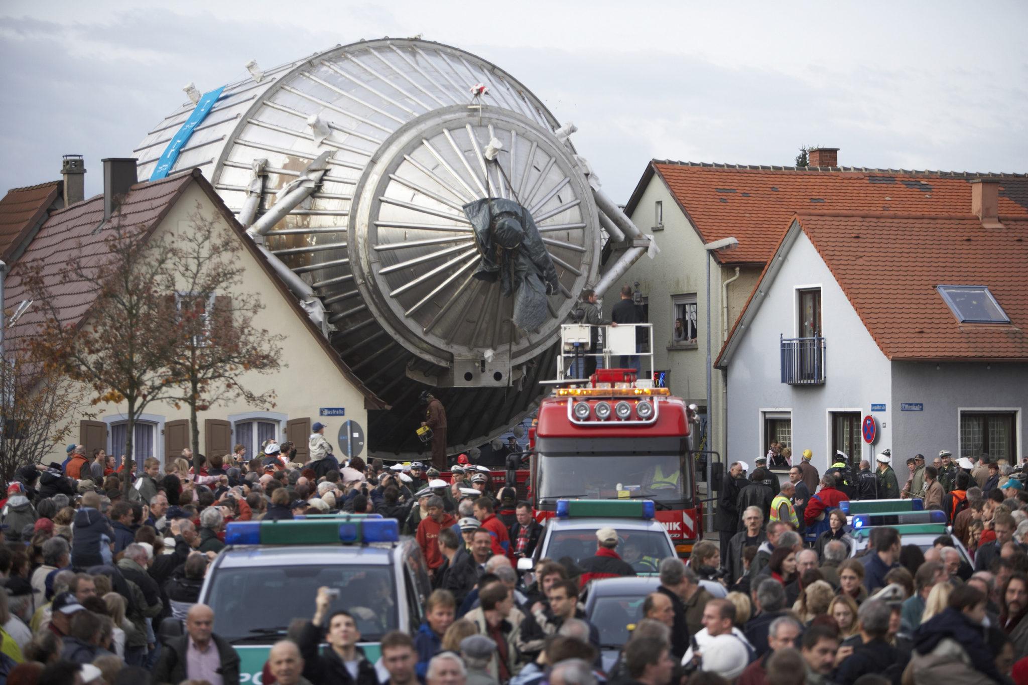 2006 год. Корпус спектрометра установки КАТРИН перевозится от пристани на Рейне в Технологический институт Карлсруэ