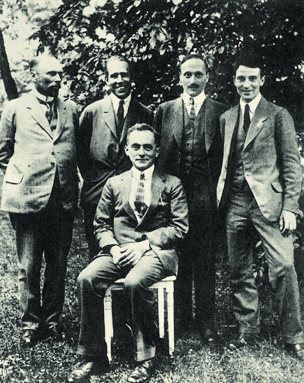 Во время Боровского фестиваля в Гёттингене в 1922 году: М. Борн (сидит), стоят слева направо: В. Озеен, Н. Бор, Дж. Франк, О. Кляйн. Фото из книги [7]