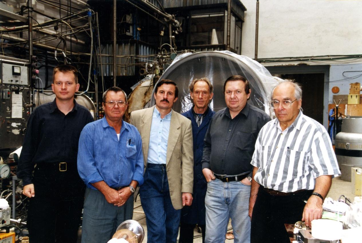 В. М. Лобашев (крайний справа) с сотрудниками на установке «Троицк ню-масс»
