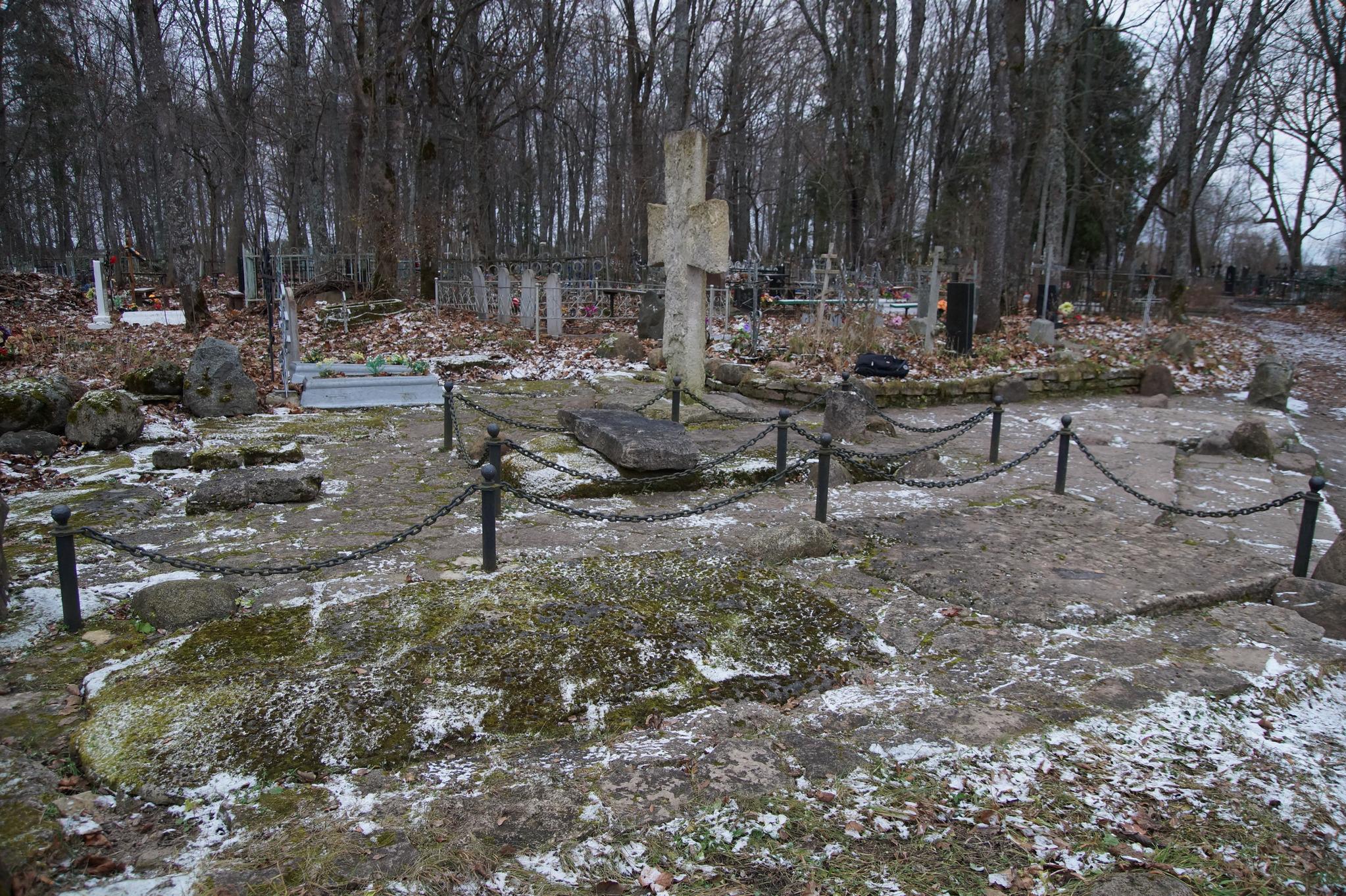 Рис. 1. Каменный крест и плиты на Труворовом городище