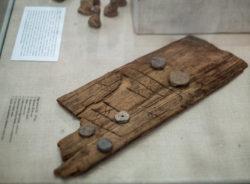 Рис. 4. Доска для игры в «Мельницу» из раскопок в Старой Руссе. Дерево, XII век