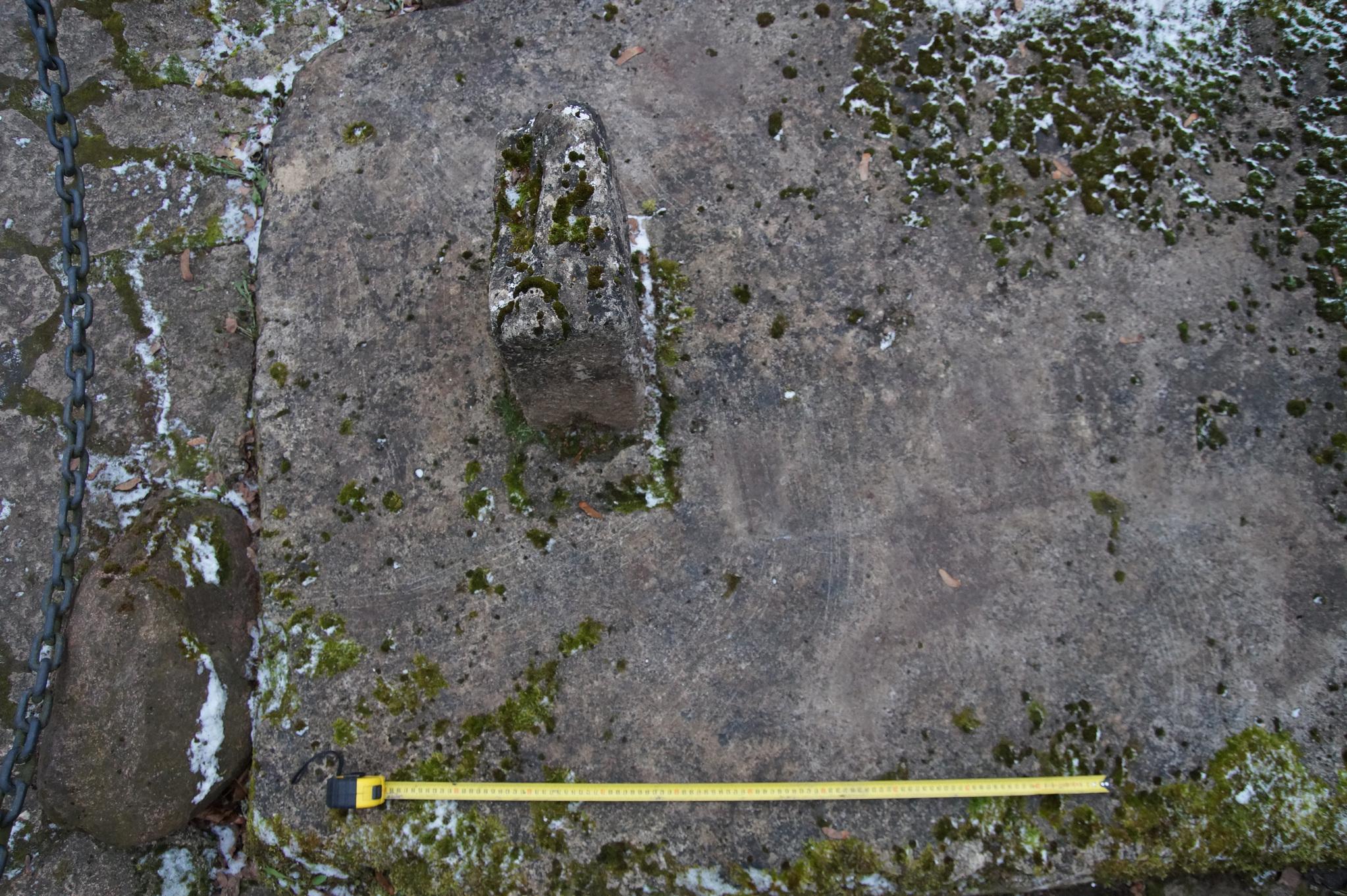 Рис. 7. Сильно затертый знак в виде прямоугольника высечен справа от основания обломанного креста