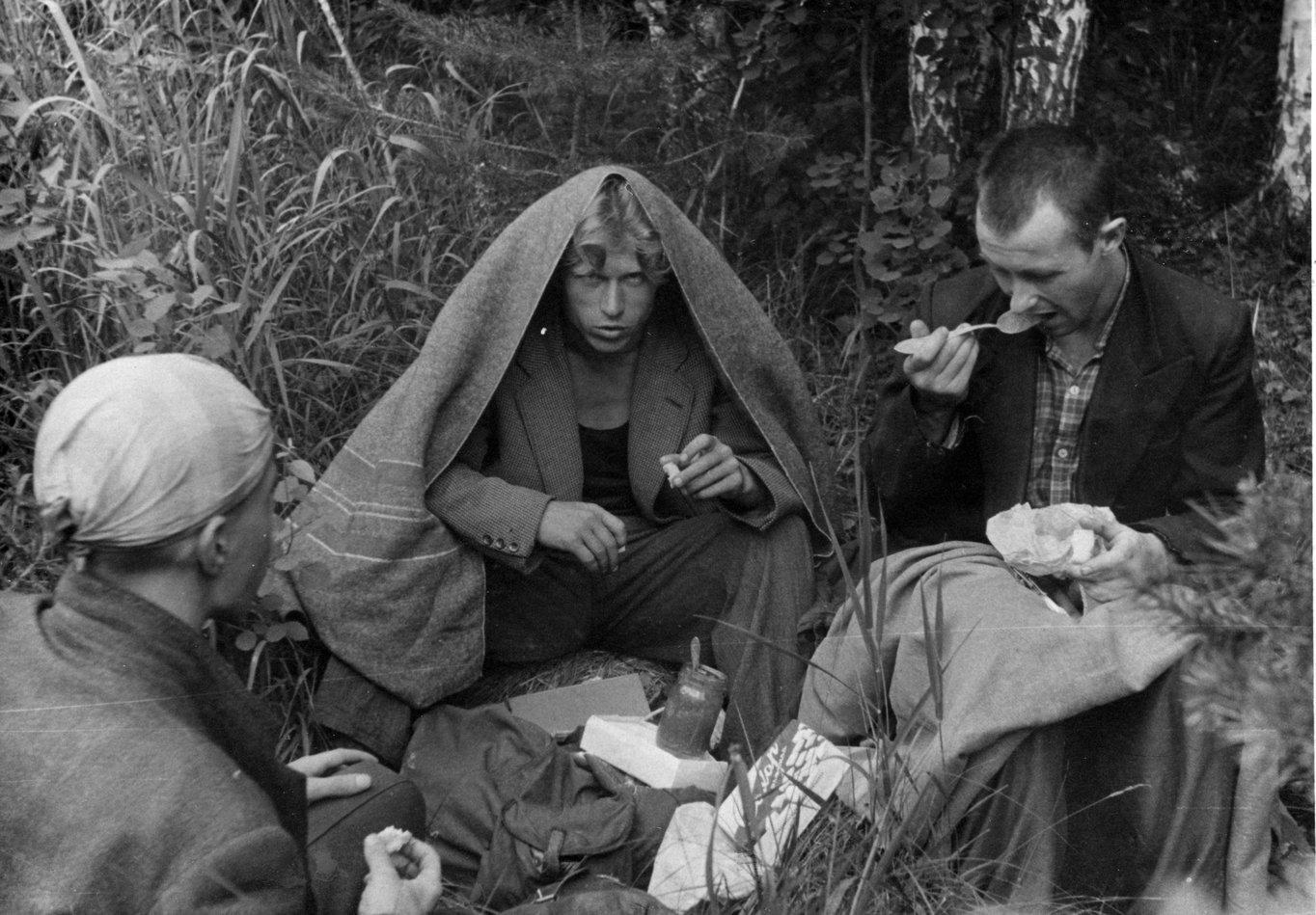 Отвратительный завтрак на берегу реки Теча в Ильменском заповеднике, когда комары поедали нас. Саша Егоров даже накрылся одеялом, чтобы спастись от их нашествия. Я — справа (фото впервые опубликовано в «Очень личной книге» В. Сойфера, 2011, стр. 269)