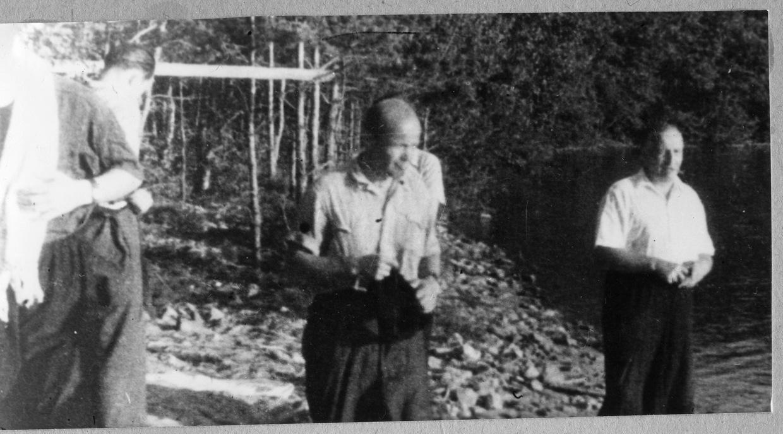 Т.-Р. (справа) готовится поплавать в озере Миасово (фото впервые опубликовано в «Очень личной книге» В. Сойфера, 2011, стр. 277)