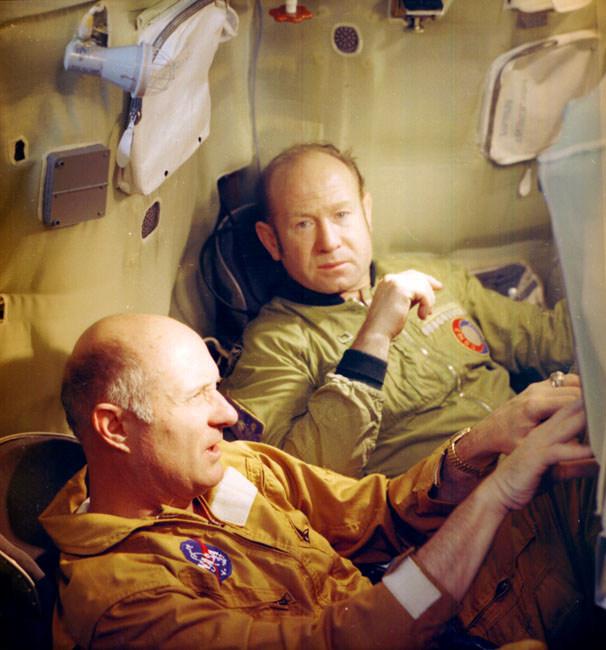 Томас Стаффорд и Алексей Леонов в спускаемом аппарате корабля «Союз» (апрель 1975 года)