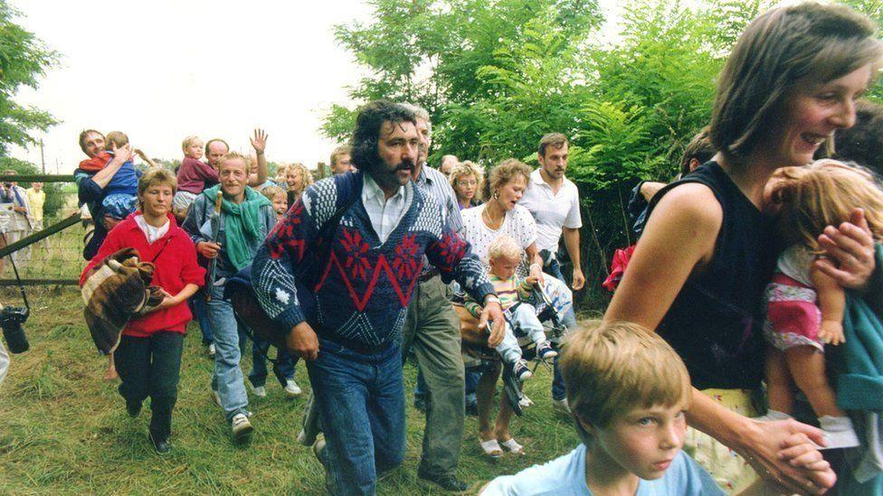 Первая дырка в железном занавесе. Граждане ГДР бегут через венгро-австрийскую границу на Запад 19 августа 1989 года