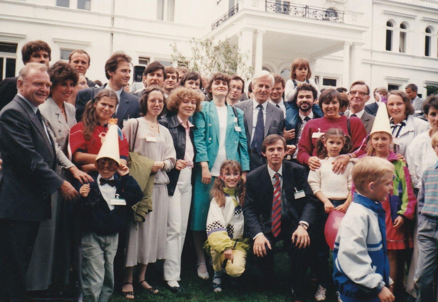 Советские стипендиаты Фонда Александра фон Гумбольдта с супругами и детьми на приеме у президента ФРГ Рихарда фон Вайцзеккера (в центре). Вилла Хаммершмидт (Бонн), июль 1990 года. Крайний слева — генеральный секретарь фонда Хайнрих Пфайфер