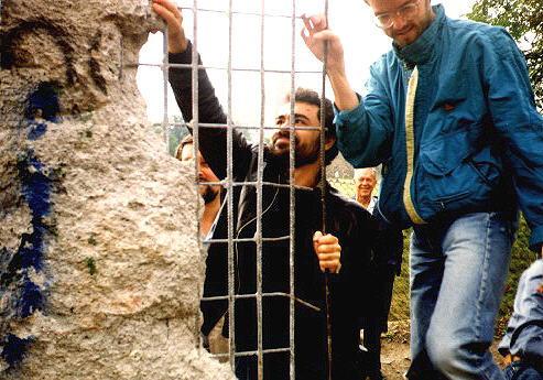 Несколько кусочков Берлинской стены, которые я собственноручно отколол в сентябре 1990 года, до сих пор использую в качестве учебного пособия для студентов