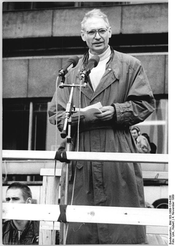 Выступление Йенса Рейха на крупнейшей за всю историю ГДР демонстрации (более 500 тыс. человек) на Александерплац в Берлине 4 ноября 1989 года