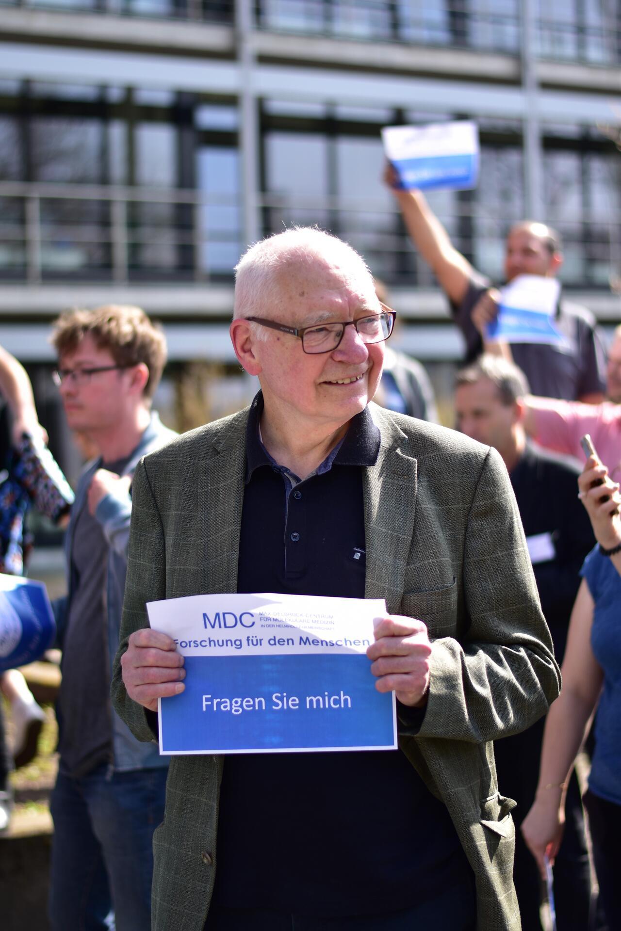 Йенс Райх на акции «Давайте поговорим!», организованной сотрудниками Центра Макса Дельбрюка в апреле 2018 года в ответ на выступления «зеленых» радикалов, требующих полностью запретить использование животных в медицинских опытах. Фото с сайта mdc-berlin.de