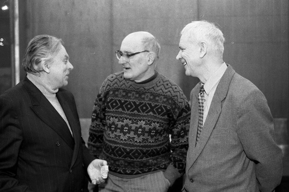 8-я сессия Программно-консультативного комитета по ядерной физике. Слева направо: Ю. В. Гапонов, Л. Майлинг, В. В. Пашкевич. Дубна, 1998 год. Фото из архива ОИЯИ