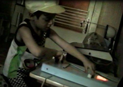 Рис.2. Ребенок, обследующий игрушку-головоломку — интерактивный исследовательский объект2