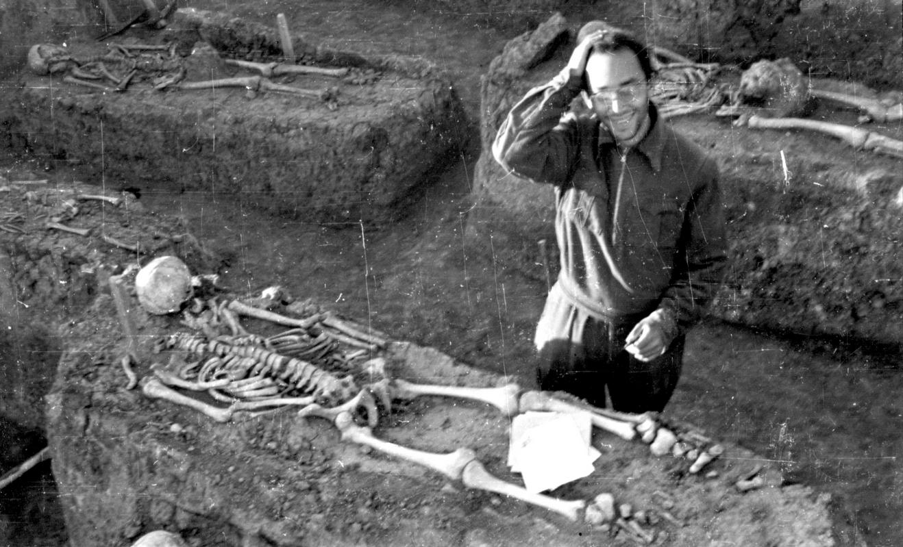 В студенческие годы при описании костяка из славянского могильника-кургана в Саркеле (Волго-Дон). 1950-е гг.
