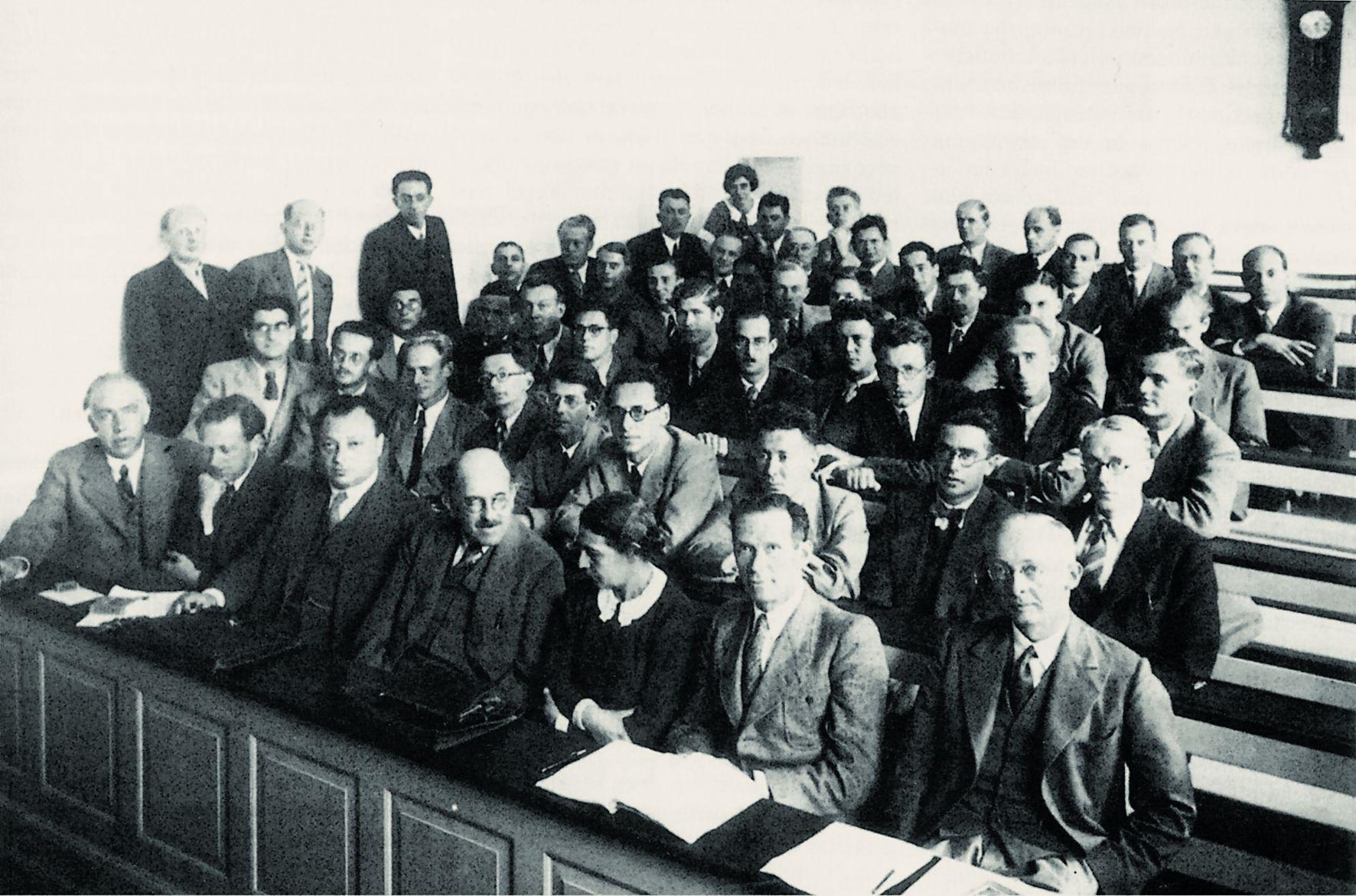 Участники конференции в копенгагенском Институте физики. В первом ряду слева направо: Бор, Гейзенберг, Паули, Штерн, Мейтнер, Ладенбург, Якобсен. Сентябрь 1937 года